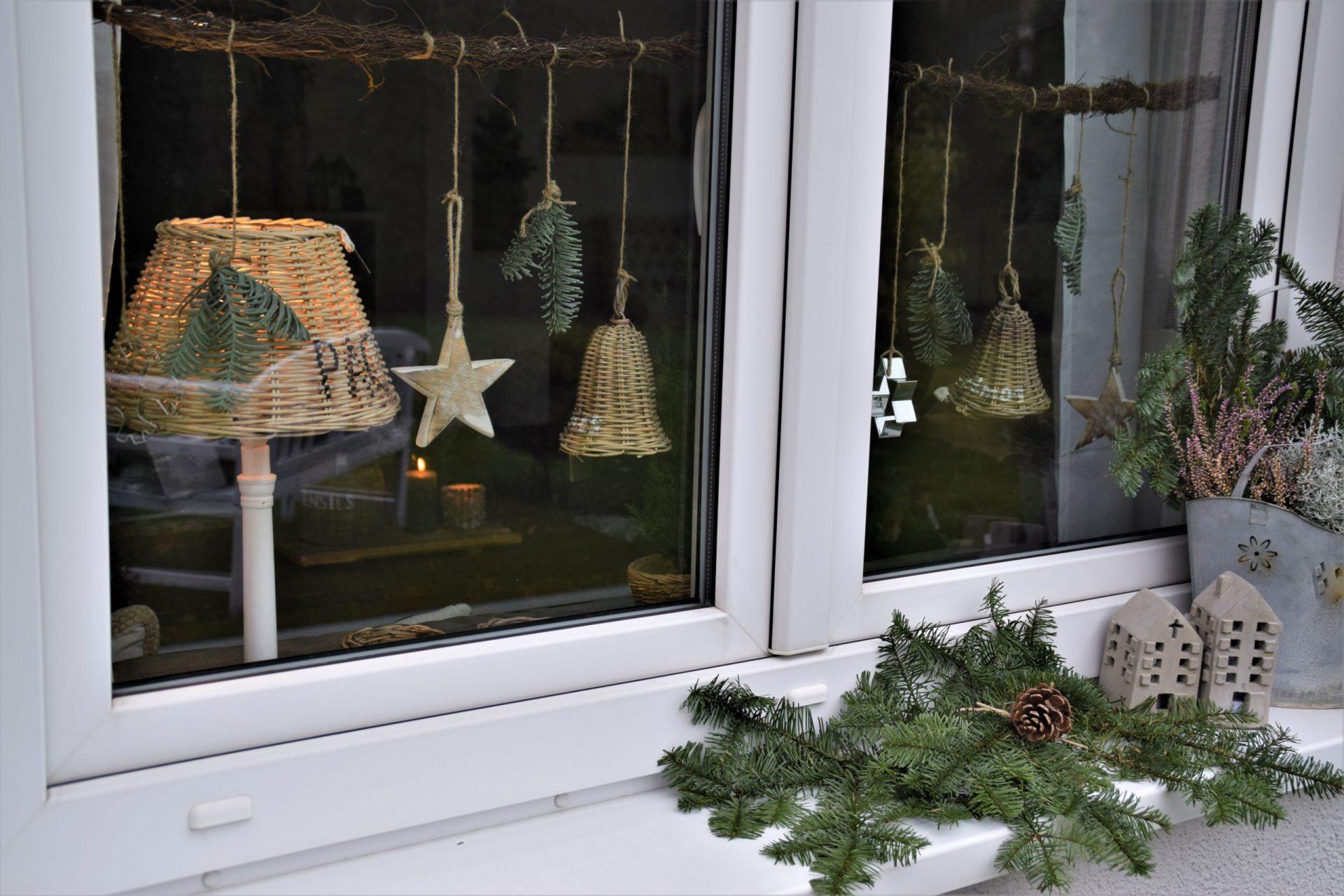 Hilfsmittel Kleiderbügel als Fensterdekoration