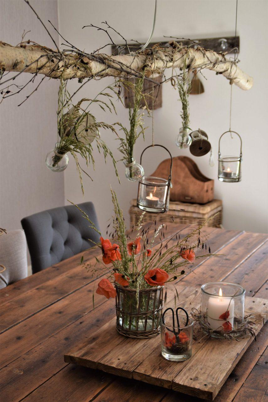 Sommerliche Dekoration- von der Wiese direkt auf den Esstisch